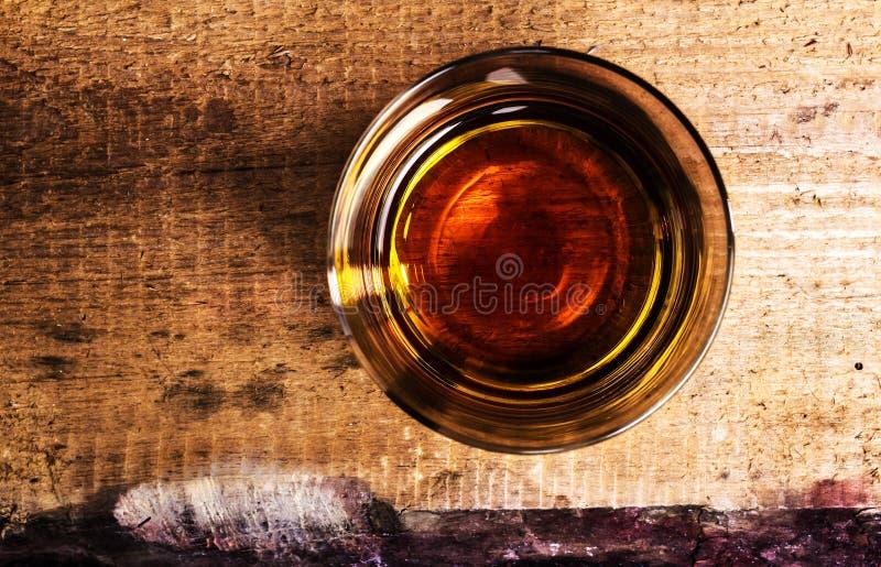 在木背景的苏格兰威士忌酒与copyspace。老和v 免版税库存照片