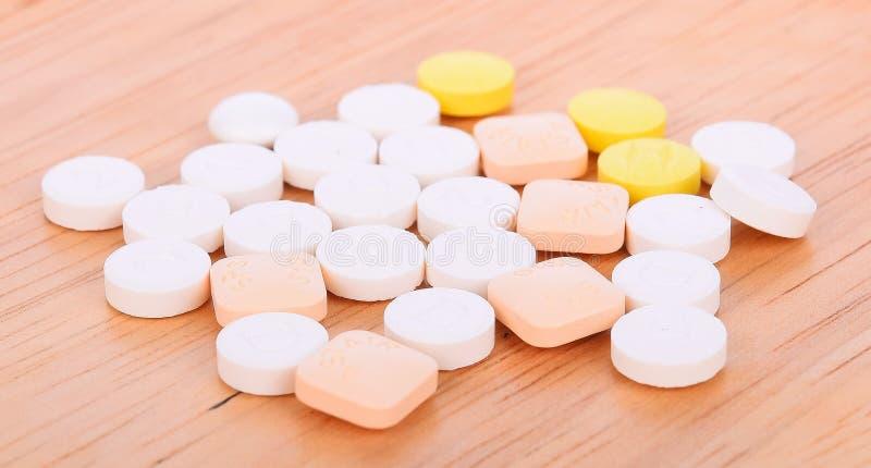 在木背景的药片 免版税库存图片