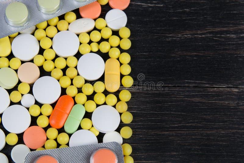 在木背景的药片 免版税库存照片