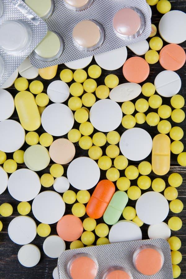 在木背景的药片 库存图片