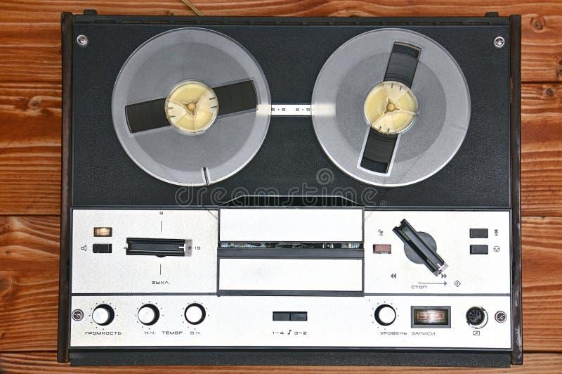 在木背景的葡萄酒开盘式的录音机 从苏联的减速火箭的录音机 图库摄影