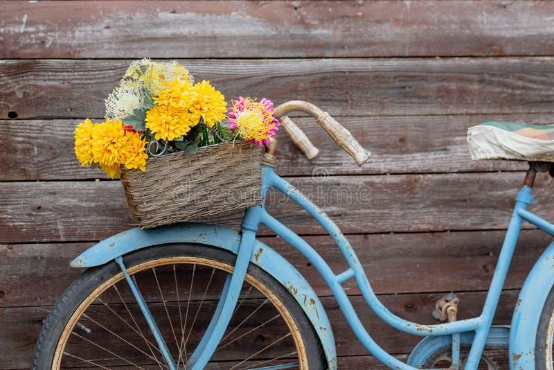 在木背景的葡萄酒蓝色自行车 库存图片