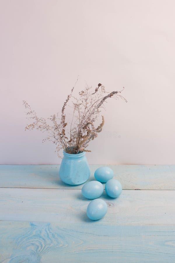 在木背景的蓝色复活节彩蛋 库存照片