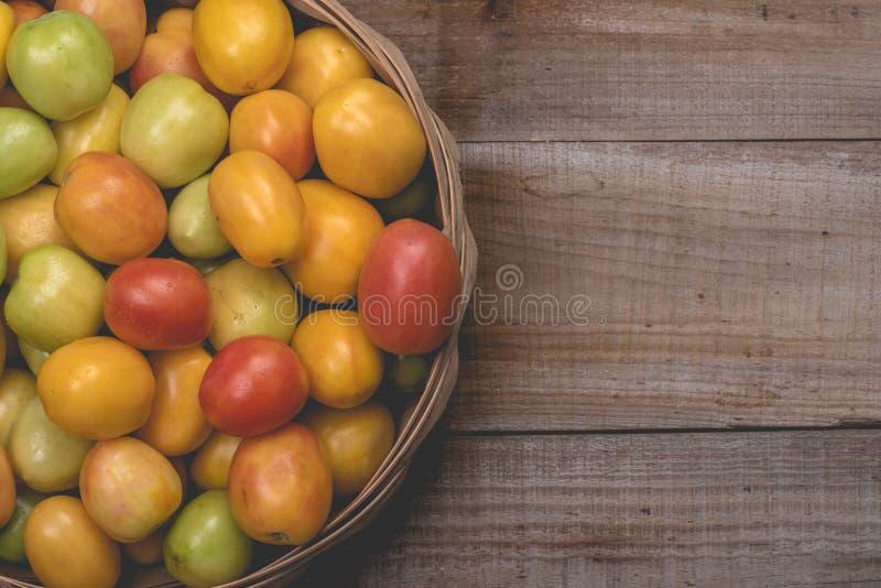在木背景的蕃茄 免版税库存图片