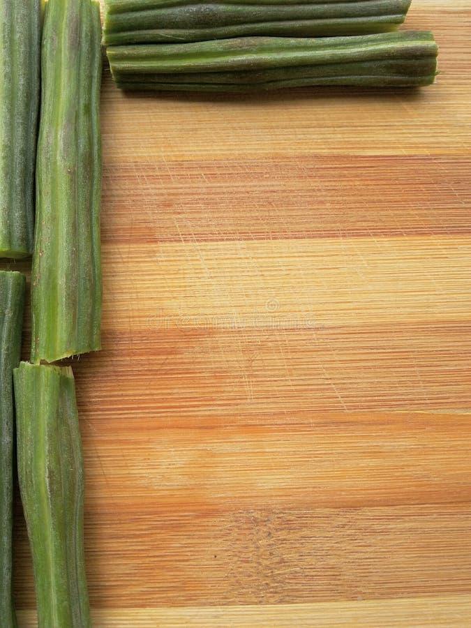 在木背景的被切的含油椒木属边界 免版税库存照片