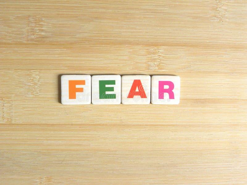在木背景的词恐惧 库存图片