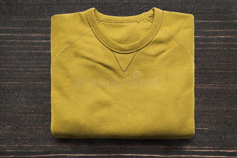 在木背景的运动衫 免版税库存图片