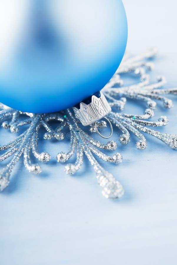 在木背景的银色和浅兰的圣诞节装饰 免版税库存图片