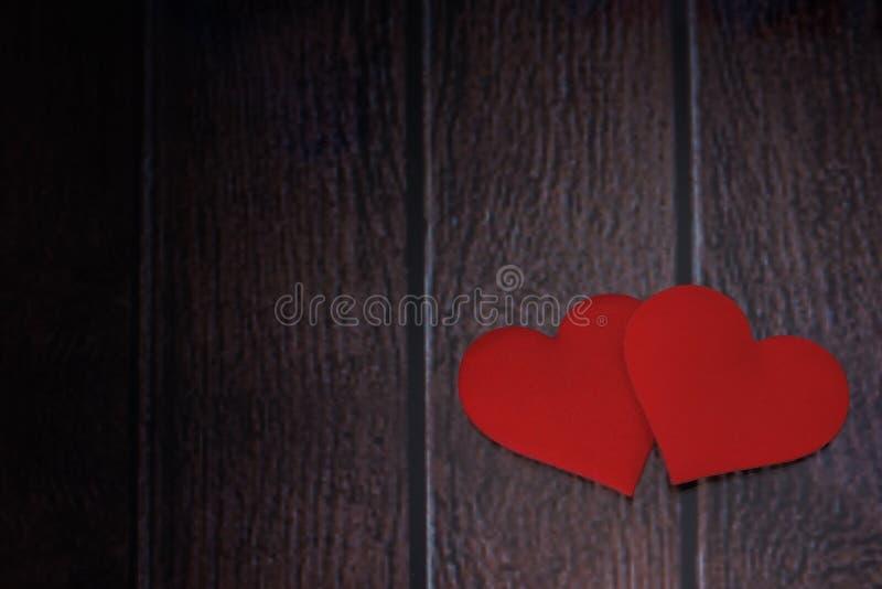 在木背景的顶面红心 免版税库存照片