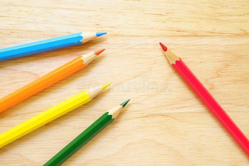 在木背景的颜色铅笔 库存照片