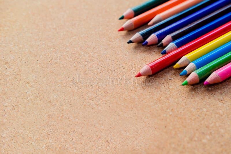 在木背景的颜色铅笔 r 图库摄影