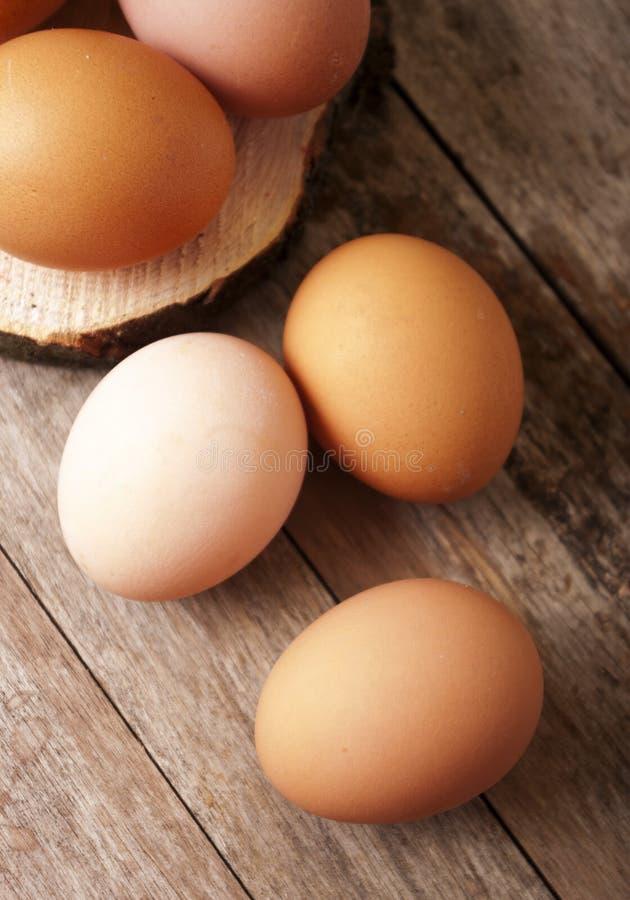 在木背景的鸡蛋 免版税库存照片