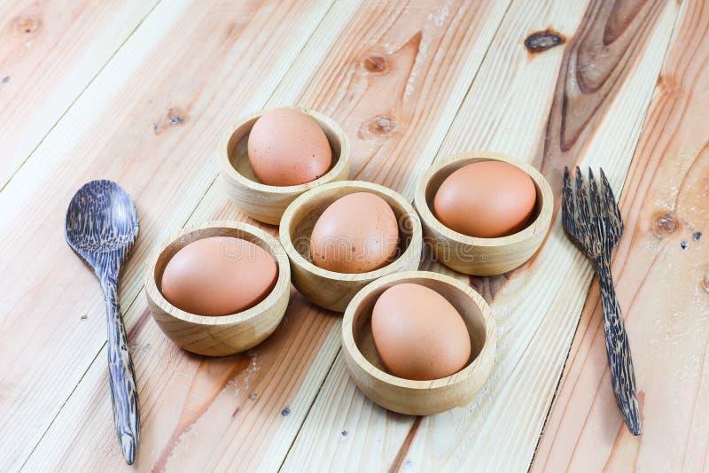 在木背景的鸡蛋 库存照片