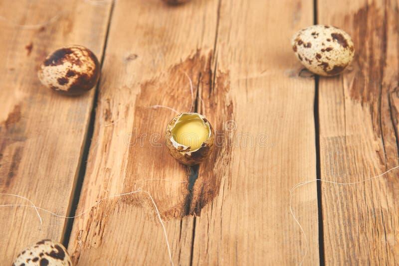 在木背景的鹌鹑蛋 愉快的复活节 免版税库存图片