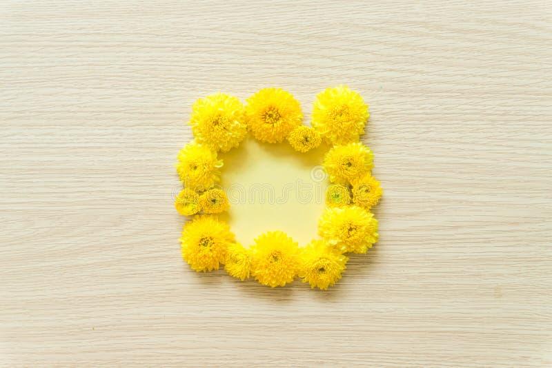 在木背景的黄色菊花,自由空间 免版税图库摄影