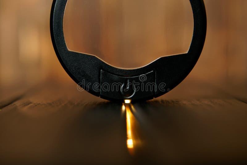 在木背景的黑圆的力量按钮 被带领的背后照明 几何是在长方形里面的一个圈子 库存图片