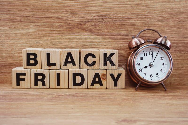在木背景的黑星期五销售购物概念字母表 免版税库存图片