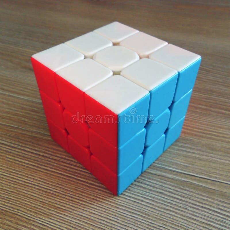 在木背景的Rubik的立方体 免版税库存图片