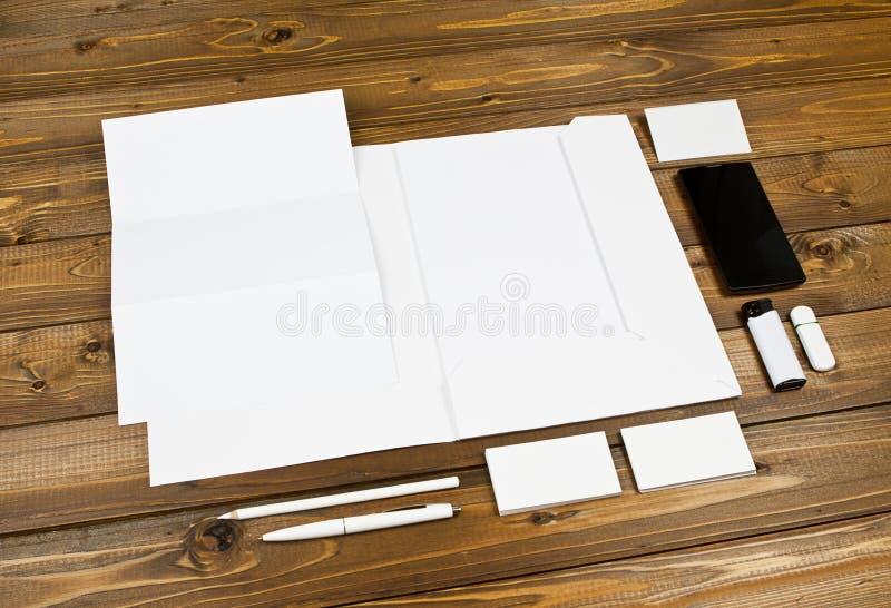 在木背景设置的空白的文具 ID模板 库存照片
