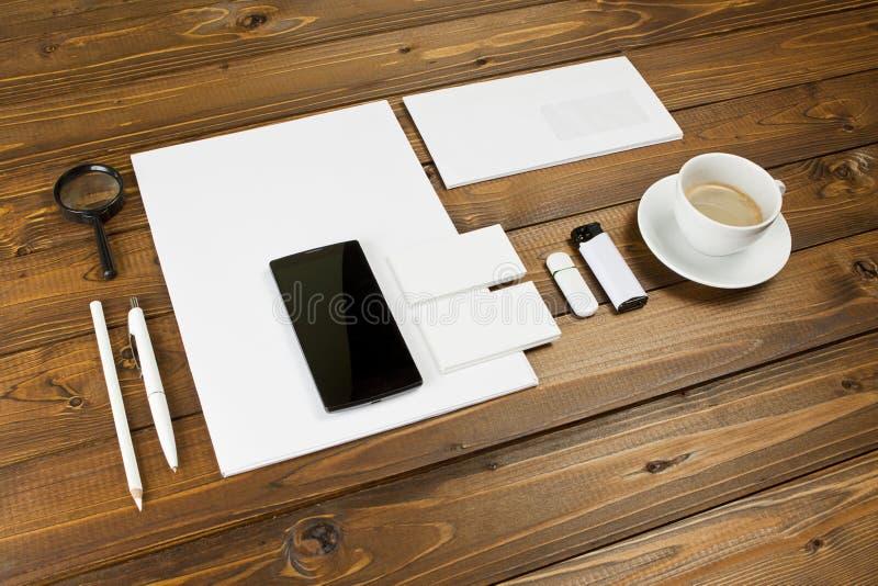 在木背景设置的空白的文具 ID模板 库存图片