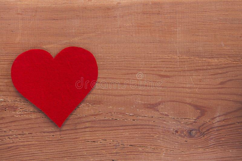 在木背景隔绝的红色心脏标志 图库摄影