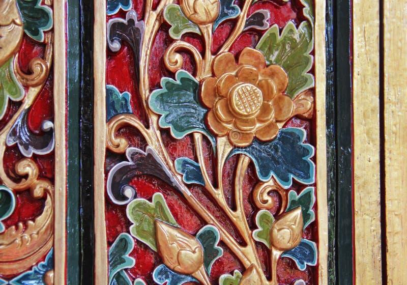 在木背景雕刻的花的样式 手工制造在亚洲 免版税库存照片