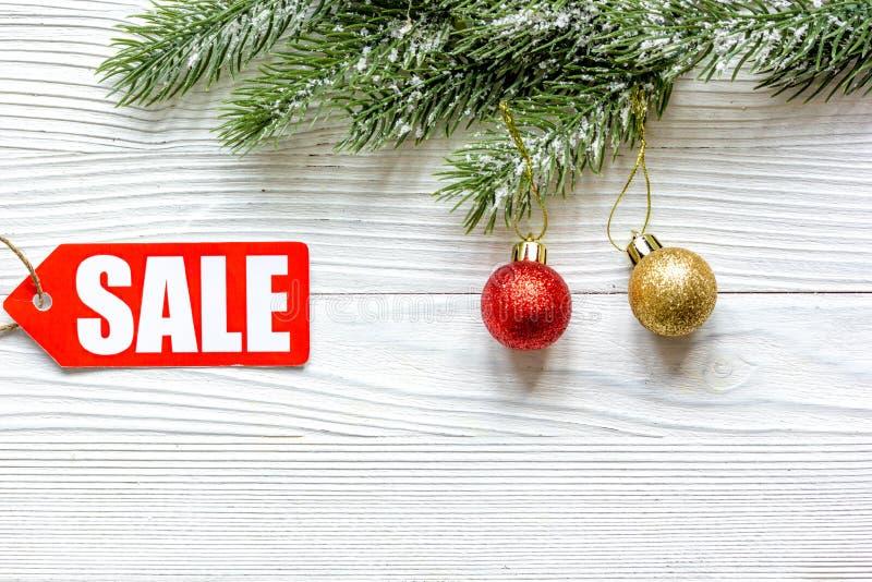 在木背景顶视图的圣诞节销售 库存图片