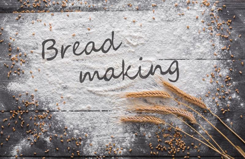 在木背景,与拷贝空间的被洒的面粉的烘烤概念 免版税库存图片