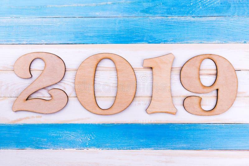 在木背景,文本的空间的木数字2019年 免版税图库摄影