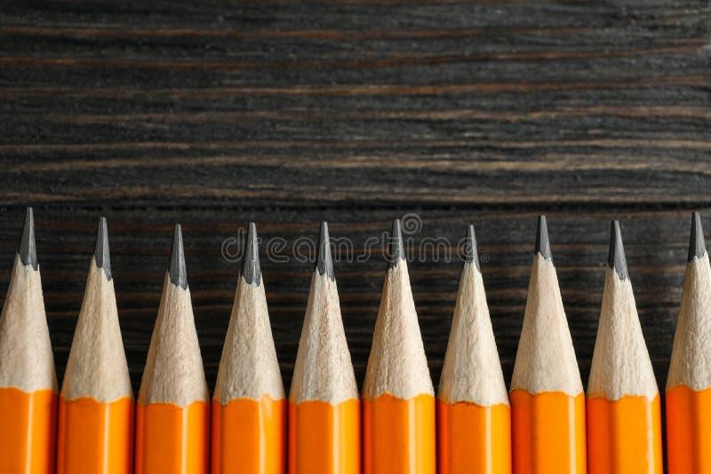 在木背景的被削尖的铅笔 库存图片