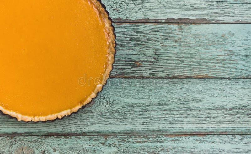 在木背景,顶视图的新鲜的可口自创南瓜饼 免版税库存照片