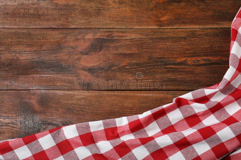 在木背景,顶视图的方格的野餐毯子 库存照片
