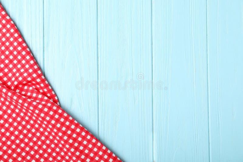 在木背景,顶视图的方格的野餐毯子 库存图片