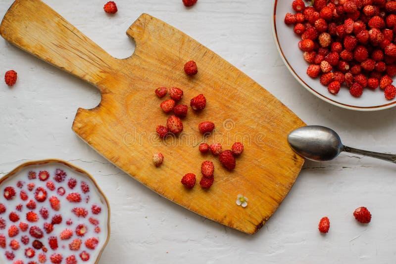 在木背景,顶视图的甜野草莓 免版税库存图片