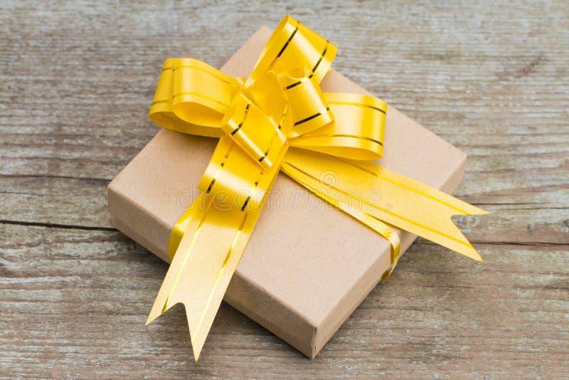 在木背景,顶视图的礼物盒 库存照片