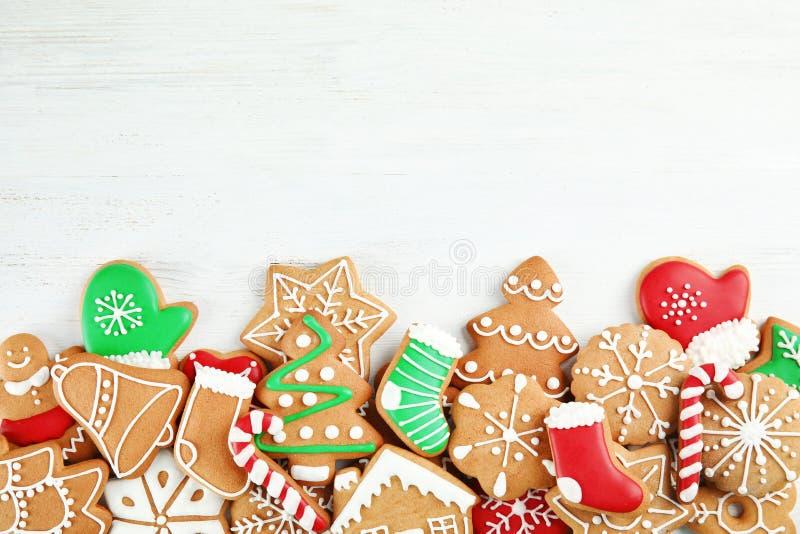 在木背景,顶视图的鲜美自创圣诞节曲奇饼 免版税库存图片