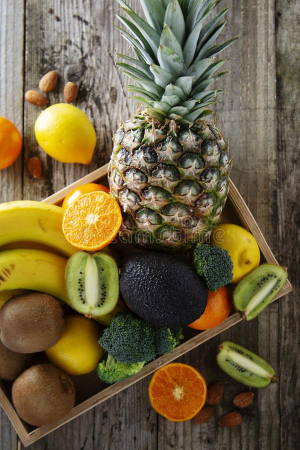 在木背景- pineaple,蜜桔,桔子,柑橘水果,猕猴桃,硬花甘蓝的果子 健康食品,丢失称 复制空间 免版税图库摄影