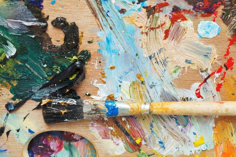 在木艺术性的pallette的画笔 免版税库存图片