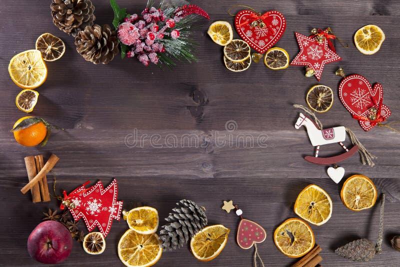 在木葡萄酒背景的圣诞节装饰 新年贺卡模板 假日嘲笑 斯堪的纳维亚样式 免版税库存照片