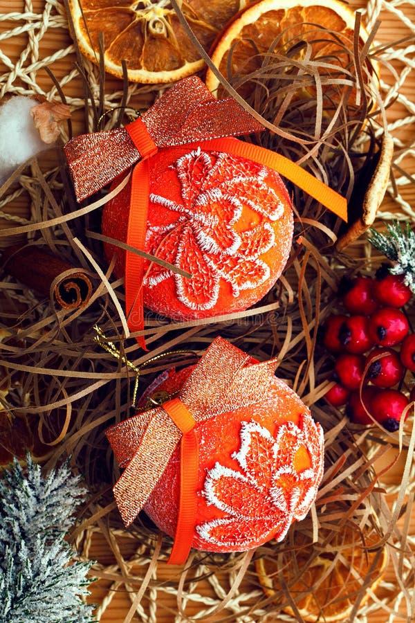 在木葡萄酒背景的圣诞节装饰 新年贺卡模板 葡萄酒作用 斯堪的纳维亚样式 免版税库存图片