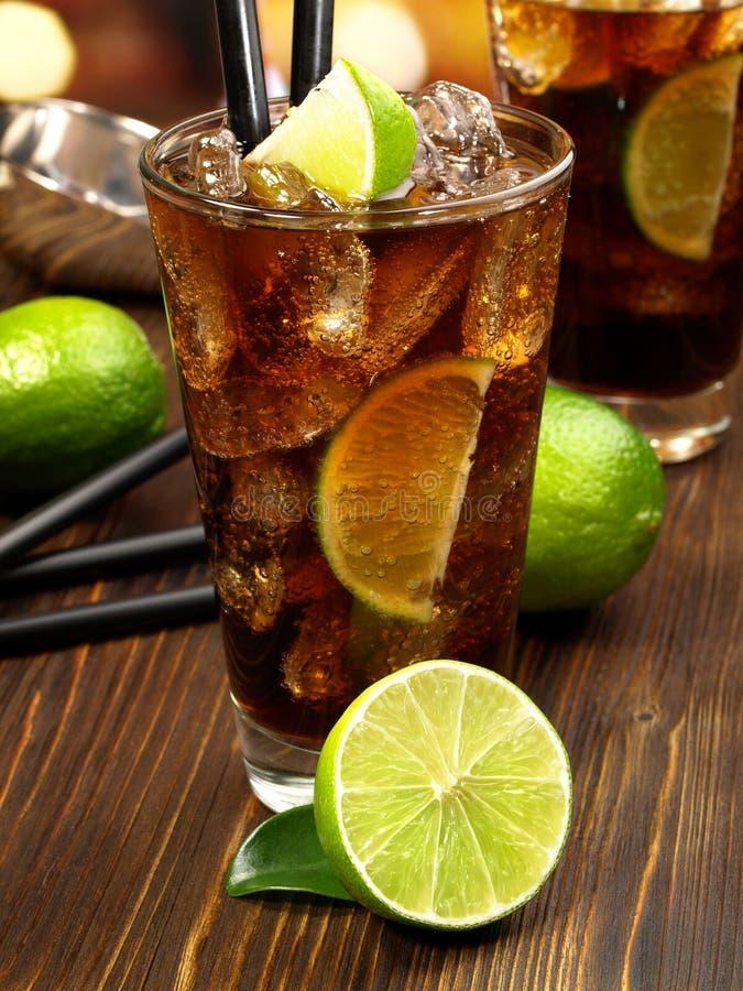 在木表上的古巴Libre鸡尾酒 库存照片