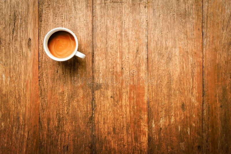 在木表上的咖啡杯 免版税库存图片