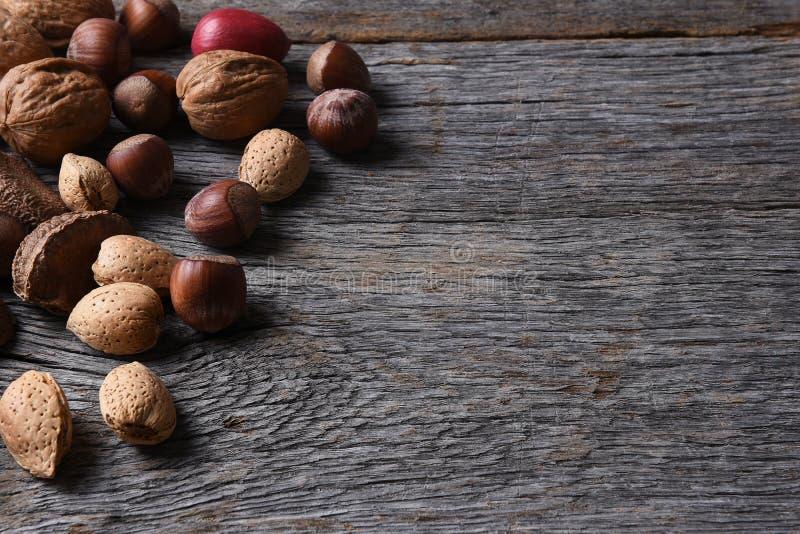 在木表上的混杂的坚果 免版税图库摄影