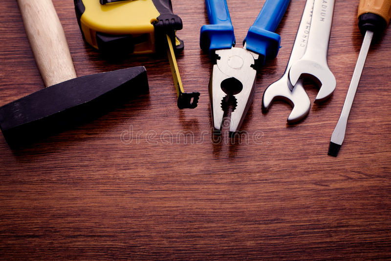 在木表上的被分类的手工工具 免版税库存图片
