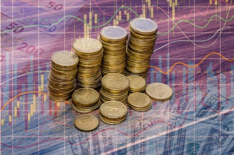 在木表上的金黄欧洲硬币堆 免版税库存图片