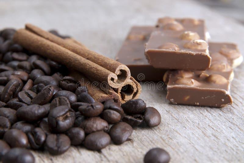 在木表的咖啡豆、巧克力和桂香 库存图片