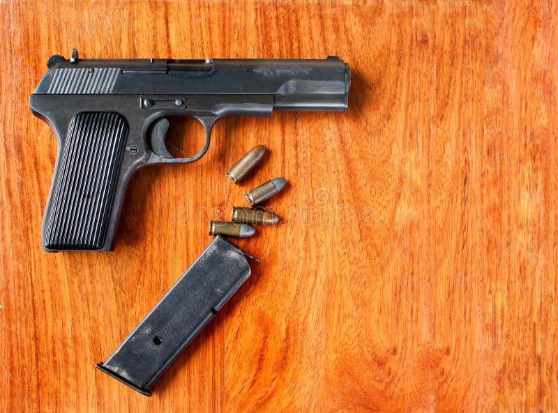 在木表的枪和项目符号 免版税库存照片