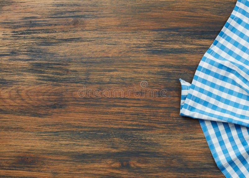 在木表的桌布 免版税库存图片