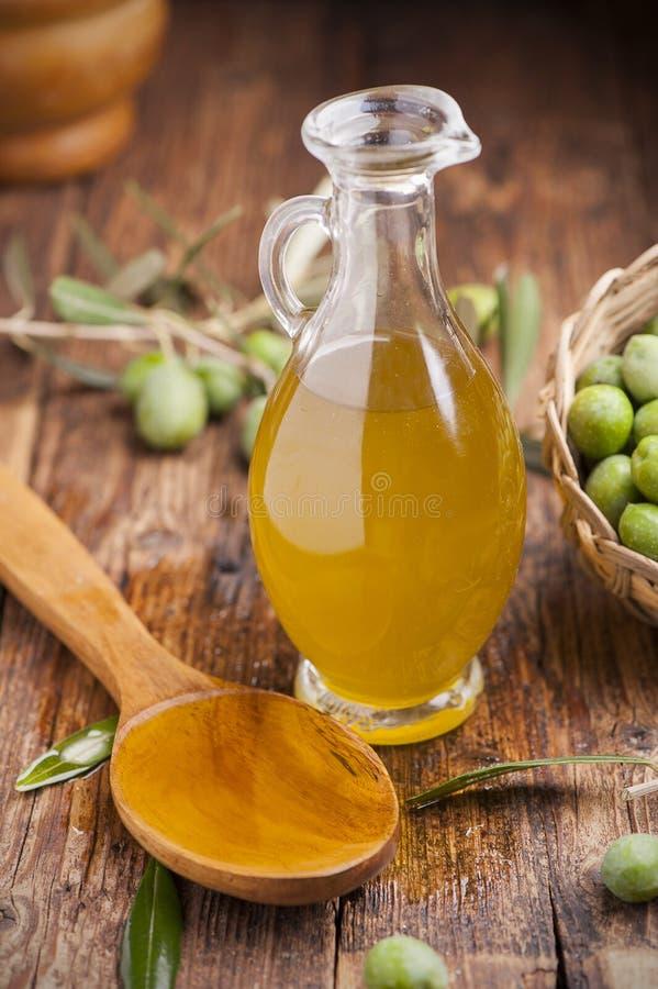 在木表的橄榄油 库存图片