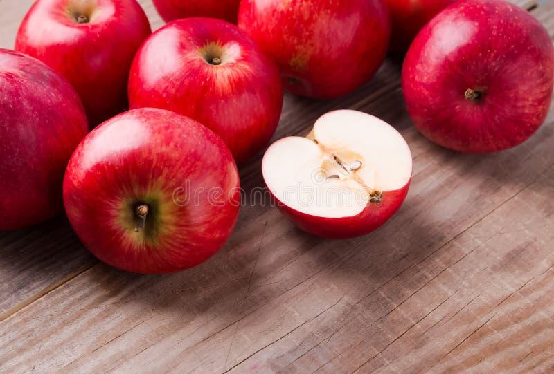 在木表的红色苹果 免版税库存照片